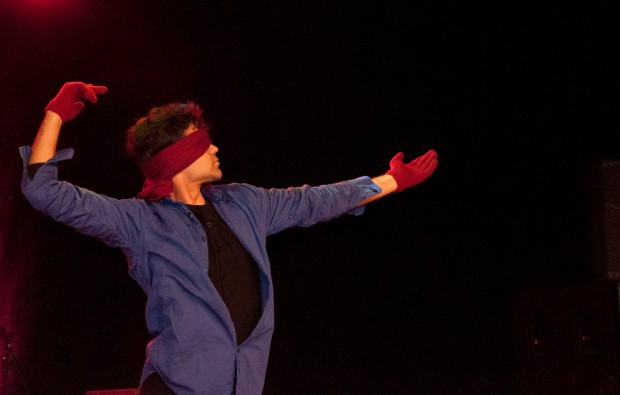 I'm pretty sure everyone in the audience was shocked when this man put on a blindfold and proceeded to dance.